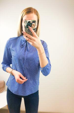 Sinisel põhjal triibuline pluus