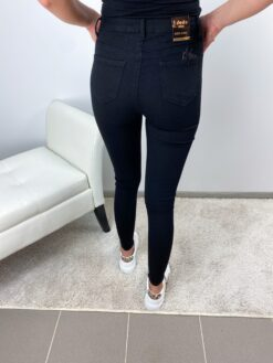Mustad stretchid teksad