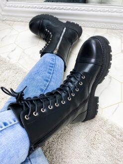 Mustad saapad